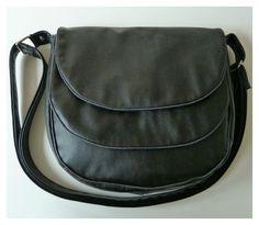 Le sac besace Musette cousu par Sandrine en simili noir et passepoil argent.