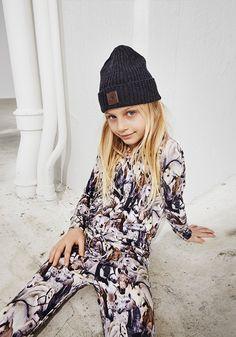 Бренд Molo Kids был основан в Копенгагене в 2003 году и с тех пор успел завоевать доверие у многих родителей. Модные коллекции бренда предлагают детям огромный выбор ярких, практичных и удобных вещей. Новая коллекция представлена огромным выбором красивых и практичных вещей: свитшоты и удобные футб