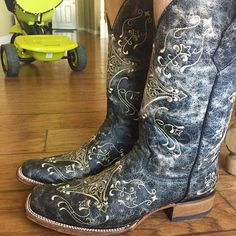 Ahhh, nothing better than a new pair of Circle G square toe cowgirl boots!