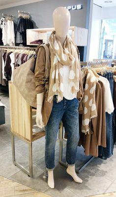 Outfit der Woche! Velours-Kurzmantel, Boyfriend Jeans mit offener Knopfleiste, Top & Schal mit XL-Punkteprint: Opus – Tasche: Fritzi aus Preußen #fashion #ootw