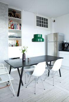 Produkter i denna bilden: Eames Stol DSR, Loop Stand Table and Bumling Takpendel