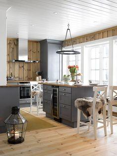 Vinkelkjøkken malt i heldekkende grått (Sort Pepper), med gråpatinert benkeplate i eik. Kjøkkenet har en minimalistisk fremtoning, der mye av oppbevaringsfunksjonene er lagt til store skuffer. En a… Dream Home Design, House Design, Diy Exterior, Mountain Cottage, Maine House, Home Kitchens, Building A House, Kitchen Island, Sweet Home