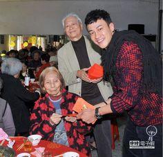 何潤東與父親攜手辦桌吃飯、分送紅包活動。