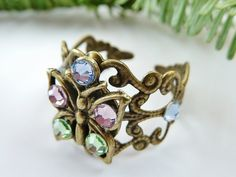 Filigraner Ring aus antikgoldfarbenem Metall (der Ring ist biegsam aber dennoch stabil) und einem schönen Schmetterlings-Anhänger.  Der Ring ist mit h