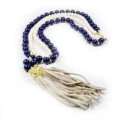 Colar duas voltas com pedras brasileiras nas cores azul e branco. Acabamento com uma franja na ponta em couro off-white. R$145,60.