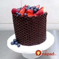 Chocolate Cake Decorating Hack Using Bubble Wrap! Chocolate Basket, Chocolate Desserts, Cake Decorating Techniques, Cake Decorating Tips, Creative Cakes, Creative Food, Beautiful Cakes, Amazing Cakes, Comida De Halloween Ideas