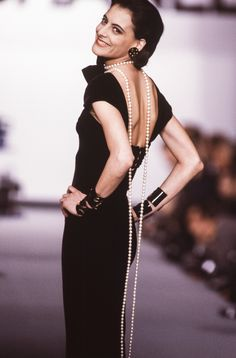 Vogue Paris is taking a look back at the chic extravagance of Chanel jewelry from the late until today, worn on the Chanel catwalks over the years, by supermodels including Naomi Campbell and Claudia Maria Schiffer. Fashion 2020, 90s Fashion, Runway Fashion, Vintage Fashion, Fashion Outfits, Womens Fashion, Couture Fashion, Retro Fashion, Vintage Style