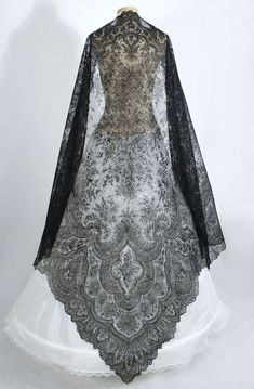 Antique lace at Vintage Textile: Chantilly lace shawl Vintage Outfits, Vintage Dresses, Antique Clothing, Historical Clothing, Victorian Fashion, Vintage Fashion, Moda Fashion, Womens Fashion, Fashion Shoes