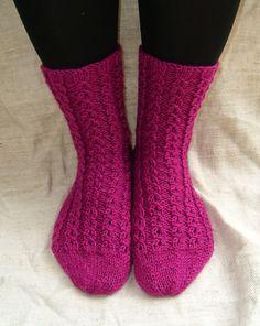 Langan päästä kiinni: Valepalmikkosukat Yarn Colors, One Color, Colour, Knitting Projects, Knitting Socks, Leg Warmers, Mittens, Knit Crochet, Slippers
