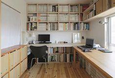 壁面や机の下を利用して、大量の資料や雑誌を整然と収納したワークスペース。左手は既存の物入れの扉をなくし、白い布で隠して棚として活用。プリンタなどが置かれている