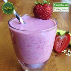 ¡Prueba este delicioso smoothie energético!   La combinación de fresa y plátano es rica en vitaminas A, B y C, y potasio, además te darán energía para el resto de la mañana. Ingredientes: - 1 taza de fresas - 1/2 plátano - 1 taza de yogurt light - 1/2 taza de avena - 1/2 taza de almendras tostadas - 1 cucharadita de miel de maple Agrega cubos de hielo, mezcla todo en la licuadora y sírvelo.