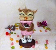 Купить или заказать Игрушка из шерсти 'Сова - сластена' в интернет-магазине на Ярмарке Мастеров. Фигурка сделана из натуральной шерсти методом сухого валяния на проволочном каркасе и на деревянной подставочке. Шоколадка и клювик сделаны из пластика,обожжены и раскрашены вручную, тапочки из шерсти, сова одета в вязаный свитер. Реснички-имитация натуральных.