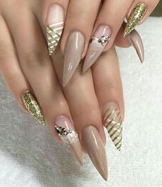 If you're looking for a bold look, stiletto nails are your best choice. The trend of stiletto nails is hard to ignore. Whether you like it or not, stiletto nails will stay. Stiletto nails are cool and sexy, but not everyone likes them. Stiletto Nail Art, Gel Nail Art, Acrylic Nails, Coffin Nails, Nail Nail, Stiletto Nail Designs, Simple Stiletto Nails, Nail Glue, Nail Polish