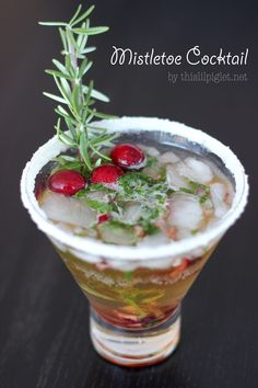 Mistletoe Cocktail Beverage for Christmas Entertaining via @thislilpiglet (alcoholic or non-alcoholic version).
