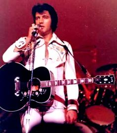 Elvis on stage at the Las Vegas Hilton in august 1974.