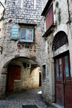 Trogir Old Town - Hrvatska, Croatia I want to walk on old town's narrow cobblestone streets. Dine at a corner restaurant. And just enjoy the view. Dubrovnik Old Town, Dubrovnik Croatia, Great Places, Places To See, Beautiful Places, Montenegro, Old Town Alexandria, Visit Croatia, Old Town Square
