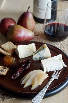 Artisan Cheese Board with Port Wine-Infused Figs, Honey and Poached Pears Wine And Cheese Party, Wine Cheese, Tapas, Fromage Cheese, Cheese Bread, Good Food, Yummy Food, Poached Pears, Artisan Cheese