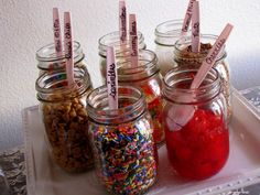 Ice cream sundae bar: Mason jars make creative containers for ice cream toppings! Write the topping on each spoon to help guests choose what they like. Drink Bar, Bar Laitier, Bar A Bonbon, Ice Cream Toppings, Popcorn Toppings, Sundae Toppings, Popcorn Bar, Ice Cream Social, Icecream Bar