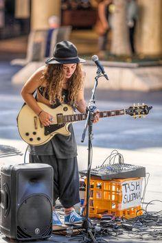 tash sultana - On repeat Tash Sultana, Street Musician, Guitar Girl, Female Guitarist, Montage Photo, Music Love, Belle Photo, Rock And Roll, Arctic Monkeys