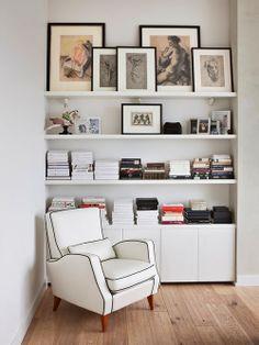 Poltrona Branca e Estante com Livros e Quadros. Designer: Ksenia Nikitina. Fotógrafo: Manolo Yllera.