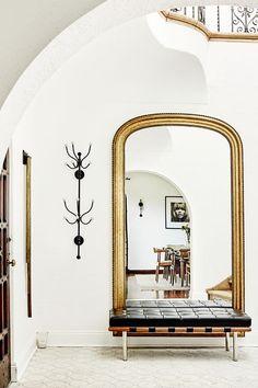Les miroirs agrandissent toujours l'espace. Celui ci est magnifique surtout avec cette banquette design noire