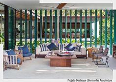 Mais uma imagem da varanda onde o azul e branco foi bem explorado. Queremos dar um zoom nas cestas utilizadas na lateral do sofá simplesmente lindas. Ad Curtam  comentem  isso nos direciona a escolher o melhor conteúdo para vocês. #arquiteturadecoracao #advaranda #varanda #olioliteam