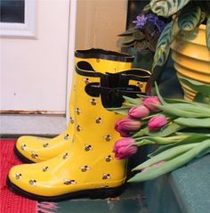 LOVE Bees YELLOW!http://www.gardenshoesonline.com/64527/Ranger-Puddletons-Yellow-Bees.htm