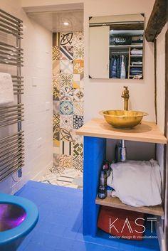 В душевой применена та же кафельная плитка на стенах, что и на кухне.  (квартиры,апартаменты,мебель,интерьер,дизайн интерьера,эклектика,смешение стилей,средиземноморский,средиземноморский интерьер,средиземноморский дом,средиземноморский стиль,индустриальный,лофт,винтаж,стиль лофт,индустриальный стиль,1950-70е,середина 20-го века,медисенчери,медисенчери модерн) .