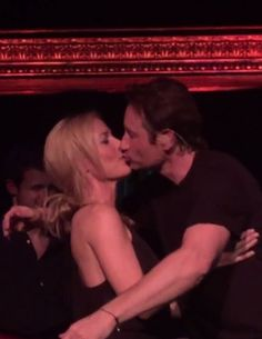 David Duchovny et Gillian Anderson : bisou et câlin sur scène