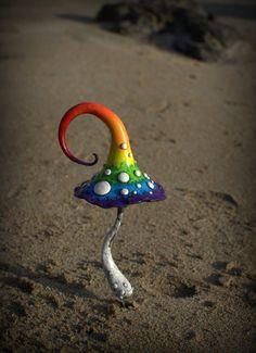 Ähnliche Artikel wie Regenbogen Fee Garten Fantasie Pilz, Polymer Clay Giftpilz Home Dekor, Fairy Garden auf Etsy