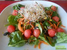 Espinacas, zanahoria, pipas de girasol y calabaza, germinados y bolitas de sandía son los ingredientes de esta rica y especial ensalada multicolor. A veces