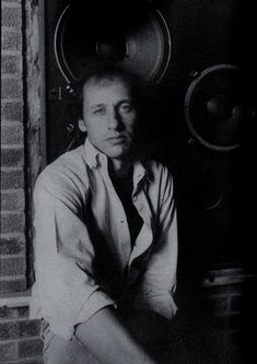 If someone has more young Mark Knopfler pics, gimme gimme...