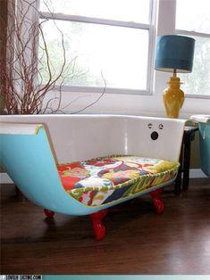 Un sofá hecho con una tina/bañera reciclada