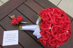 Valor R$ 192,99correspespinde    1 Bouquet de noiva de rosas vermelhas em e.v.a. Material perfeito pois imita o toque, aparencia textura de uma rosa real!    Bouquet contem 42 rosas, pontos de luzes por todo o Bouquet em STRASS, folhagens verdes, e laço branco de cetim, um broche em STRASS, dão o acabamento perfeito e ideal para o Bouquet - acompanha lapela para noivo com cartão! R$ 192,90
