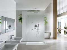 Przestronna łazienka zaprojektowana przez  Schmidt & Lackner