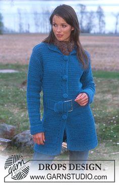 DROPS Lange gehäkelte Jacke mit Gurt in Alaska und Schal in Puddel