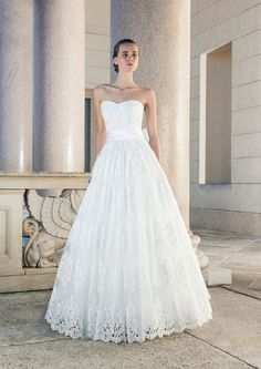 Wonderful strapless wedding dress with a nice skirt made of lace from Giuseppe Papini
