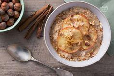 Il porridge, la pappa d'aveva tipica della colazione  inglese, incontra la dolcezza delle mele, con la nota croccante delle nocciole.