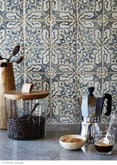 Such a pretty backsplash, its a large pattern but the color is more subtle. It might be better to do a backsplash like this than a entire floor which is larger. New Kitchen, Kitchen Decor, Kitchen Design, Spanish Kitchen, Decorating Kitchen, Kitchen Ideas, Tile Patterns, Morrocan Patterns, Home Kitchens