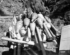 Panzerfaust 100 m  Des artificiers américains s'apprêtent à faire sauter des Panzerfäuste 60 et 100 à l'aide d'explosifs.