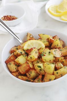 Delicious Lebanese spicy potatoes (batata harra), a quick and easy recipe to make. These are fried potatoes or roast in the oven, then mixed with a lemon sauce with garlic, pepper and coriander. Healthy Egg Recipes, Vegan Recipes, Easy Meal Prep, Quick Easy Meals, Sauteed Potatoes, India Food, Family Meals, Food To Make, Spicy