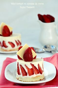 Mini cakes with strawberries and coconut mousse. Coconut Mousse, Bite Size Food, Muffin Tin Recipes, Strawberry Cakes, Something Sweet, Mini Cakes, Beautiful Cakes, Yummy Cakes, No Bake Cake