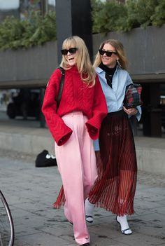 Look 1: Sim, você pode misturar duas propostas diferentes de cores. O vermelho vibrante é queridinho quando está ao lado do rosa millenial, tipo dupla infalível. it girl - tricot-vermelho-calca-rosa - candy color - inverno - street style