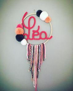 Attrape rêves en tricotin agrémenté de pompons de différentes tailles fait à la main. La décoration parfaite pour habiller un mur. Dimensions : diamètre de 20 cm à 30 cm (selon le prénom) Plusieurs coloris disponibles (faites défiler les photos pour voir le nuancier). Veuillez choisir la