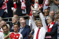 O francês  Arsene Wenger comemora o título e a renovação de contrato com o Arsenal