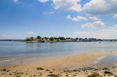 Une vue de City Island prise de Pelham Bay Park's Orchard Beach dans le Bronx à New York