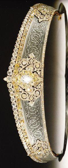 Un estilo kokoshnik diadema rusa de diamantes y cristal de roca, donde el cristal de roca ha sido grabado con un patrón celta.