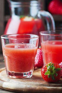 #Erdbeerlimes darf im Sommer nicht fehlen! Der fruchtige #Shot bedarf nur 4 Zutaten und ist somit schnell gemacht. Perfekt für die nächste #Gartenparty oder einen lauschigen Sommerabend auf dem Balkon. Wir erklären dir, wie einfach du den #Schnaps zubereitest. #partydrink #erdbeeren #wodka #erdbeerrezepte #erdbeerzeit #rezepte #rezeptideen #drinks #sommerdrinks #limes #party