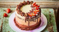 A leggyönyörűbb triplacsokis epertorta Kaja, Birthday Cake, Snacks, Street, Kitchen, Food, Cakes, Cuisine, Food Cakes