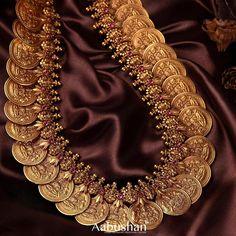 Gold Temple Jewellery, Gold Wedding Jewelry, Gold Jewelry, Bridal Jewelry, Jewelry Sets, Jewelry Design Earrings, Gold Jewellery Design, Necklace Designs, Antique Jewellery Designs
